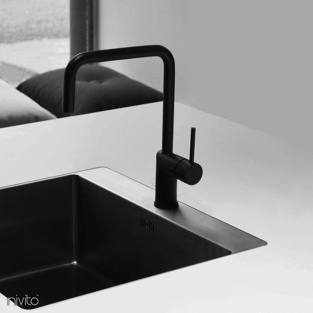黒いキッチン 蛇口